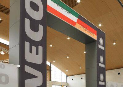 2-werbetechnik-werbebanner-messestand-eingangsportal-iveco-stoffdruck-kederschienen-signware-fotocredit-wirkungsgrad-eventpoint